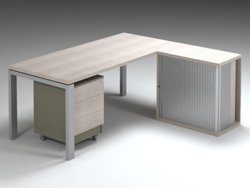 Managerial desk with mobile pedestal